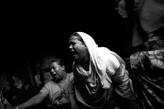 Proches des victimes d'un incendie. Nimtali, banlieue de Dacca, 3 juin 2010