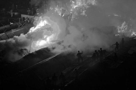 Parents, amis, voisins se jettent dans l'incendie pour tenter de sauver quelqu'un en attendant les pompiers (ville et date inconnues)
